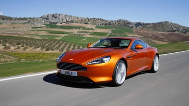 Aston Martin Virage orange 3/4 avant gauche travelling