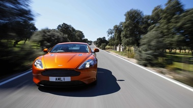 Aston Martin Virage orange face avant travelling