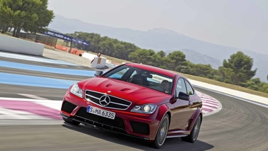 Mercedes C63 AMG Coupe Black Series rouge 3/4 avant gauche travelling penché 4