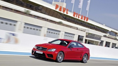 Mercedes C63 AMG Coupe Black Series rouge 3/4 avant gauche travelling penché 5
