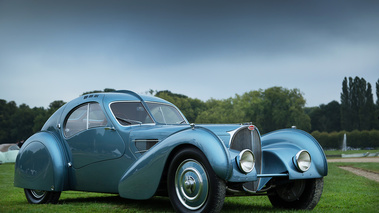 Chantilly Arts & Elégance 2017 - Bugatti Type 57SC Atlantic bleu 3/4 avant droit