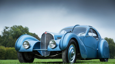 Chantilly Arts & Elégance 2017 - Bugatti Type 57SC Atlantic bleu 3/4 avant gauche