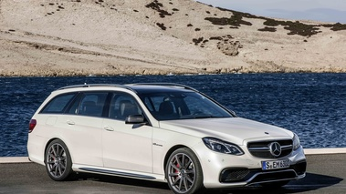 Mercedes E63 AMG Estate MY2013 blanc 3/4 avant droit