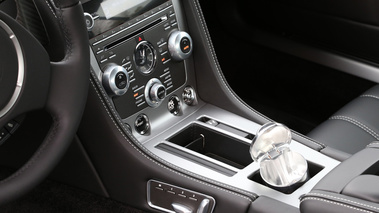 Aston Martin DB9 rouge console centrale