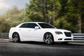 Chrysler 300C SRT-8 blanc 3/4 avant droit travelling