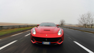Ferrari F12 Berlinetta rouge face avant travelling