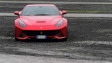 Ferrari F12 Berlinetta rouge face avant