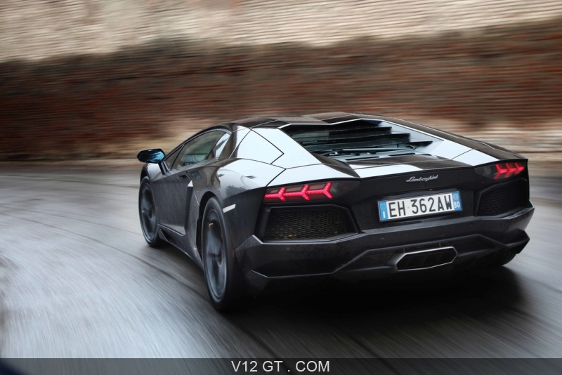 lamborghini aventador noir 3 4 arri re gauche travelling 2 lamborghini photos gt les plus. Black Bedroom Furniture Sets. Home Design Ideas