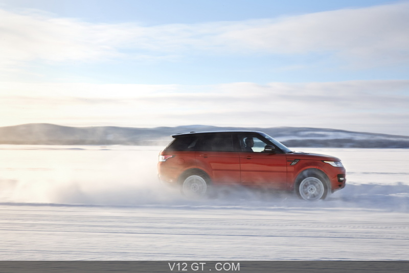 range rover sport 2013 rouge profil droit dynamique dans la neige range rover photos gt. Black Bedroom Furniture Sets. Home Design Ideas