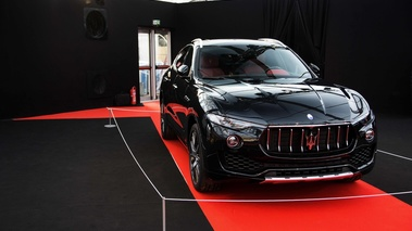 Festival Automobile International de Paris 2017 - Maserati Levante noir 3/4 avant droit