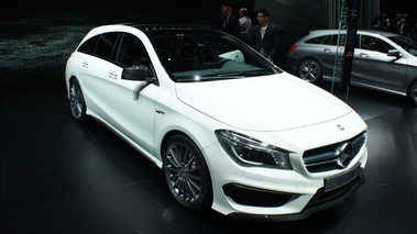 Mercedes CLA 45 AMG Shooting Brake blanc 3/4 avant droit