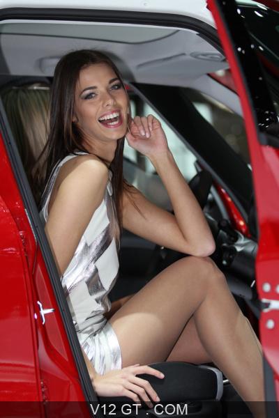 Vid o des h tesses du salon de l 39 auto de gen ve 2013 for Hotesse dans les salons