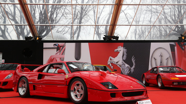 RM Auctions - Paris 2018 - Ferrari F40 rouge 3/4 avant droit